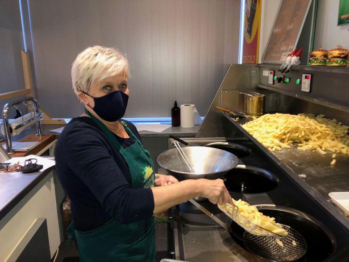Lydia Peeters bakt al bijna 40 jaar de lekkerste frietjes.