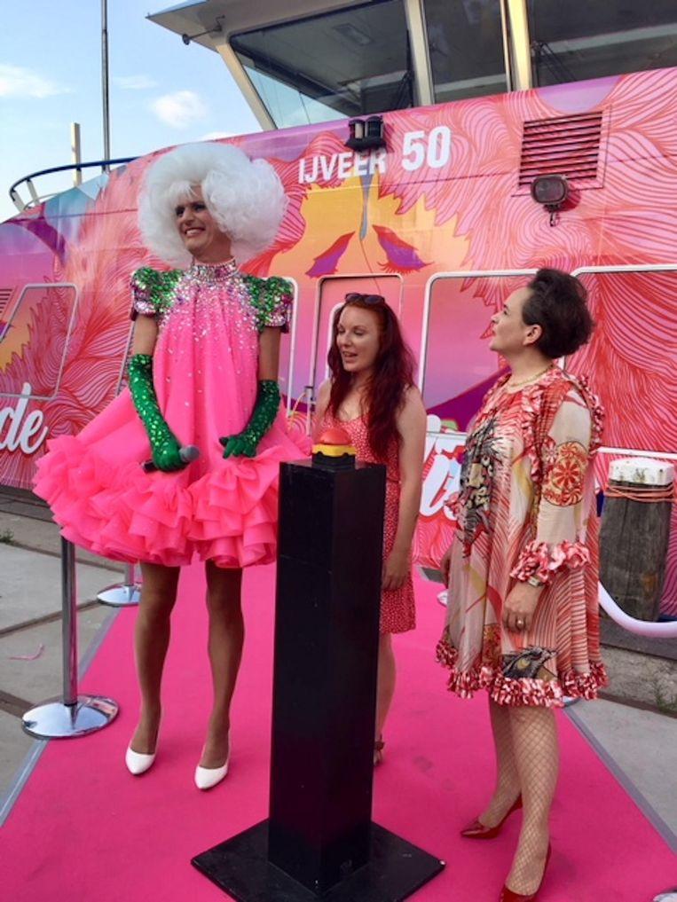 Dolly Bellefleur onthuld de Pridepont Beeld GVB