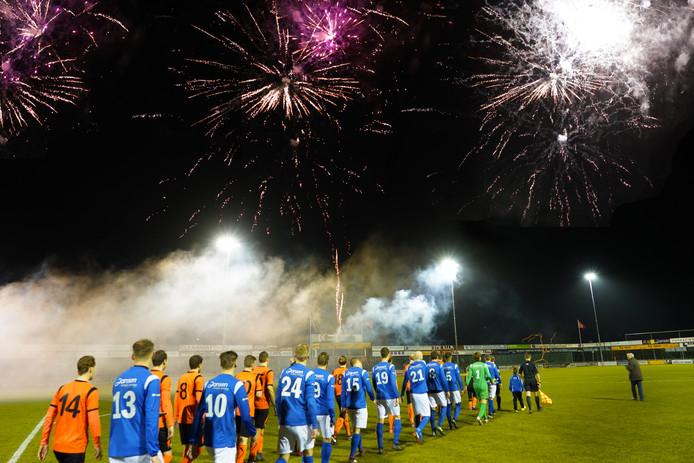 Vuurwerk bij aanvang van de wedstrijd De Bataven - RKHVV; ook volgend seizoen staat de Betuwse kraker (een klasse lager weliswaar) op de voetbalagenda.