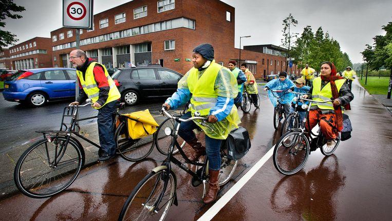 Deelnemers aan een fietstocht door de Bijlmer, die Kansrijk in 2011 organiseerde Beeld Klaas Fopma