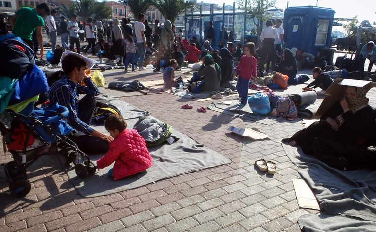 Afghaanse vluchtelingen hebben wegens gebrek aan plaats in de kampen hun toevlucht gezocht tot een plein in Mytilene, de hoofdstad van Lesbos. Beeld AFP