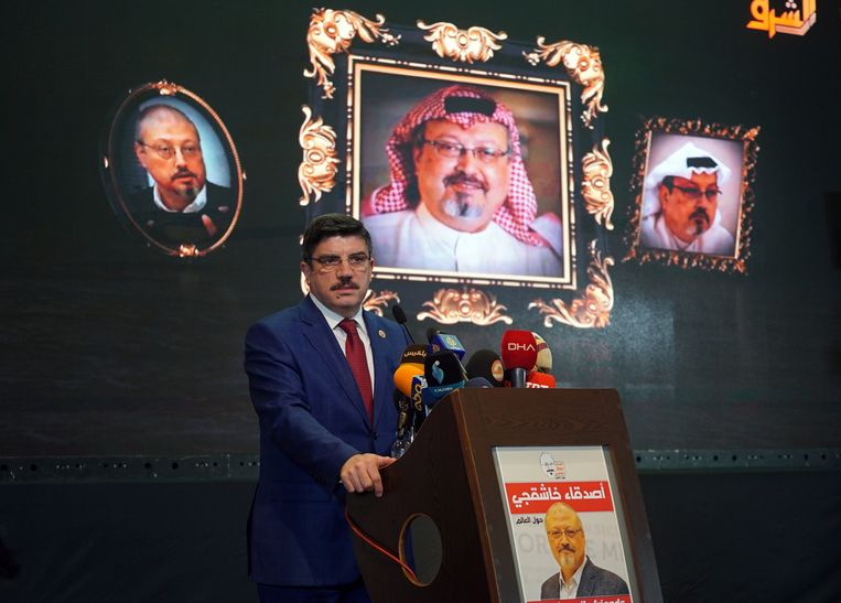 Yasin Aktay, een adviseur van de Turkse president Erdogan, spreekt tijdens een bijeenkomst in Istanbul om de dood van Khashoggi te herdenken. Beeld AP
