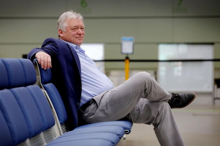 Marcel Buelens ziet vanuit de vertrekhal de toekomst van de luchthaven rooskleurig tegmoet.