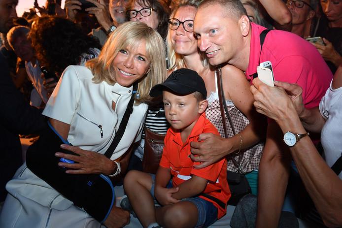Blessée, Brigitte Macron a malgré tout participé au bain de foule