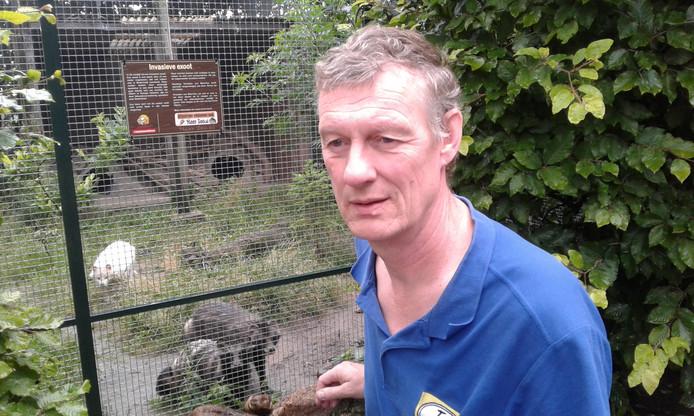 Jan van het Meer van Meerzo bij een hok met invasieve exoten, in dit geval wasbeerhonden.