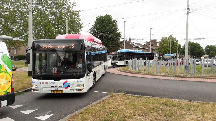 Bussen van Breng in de file op de rotonde Groene Weide in Malburgen-Oost als gevolg van het verkeersinfarct veroorzaakt door werkzaaamheden aan A325 en N325.