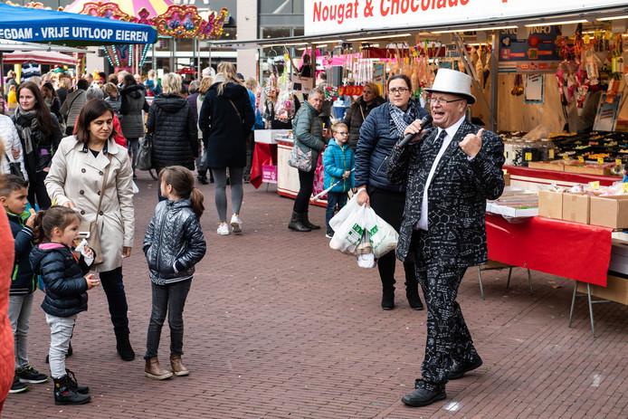 Karel van de Kalte in actie als veilingmeester tijdens de derde Dag van de Markt.