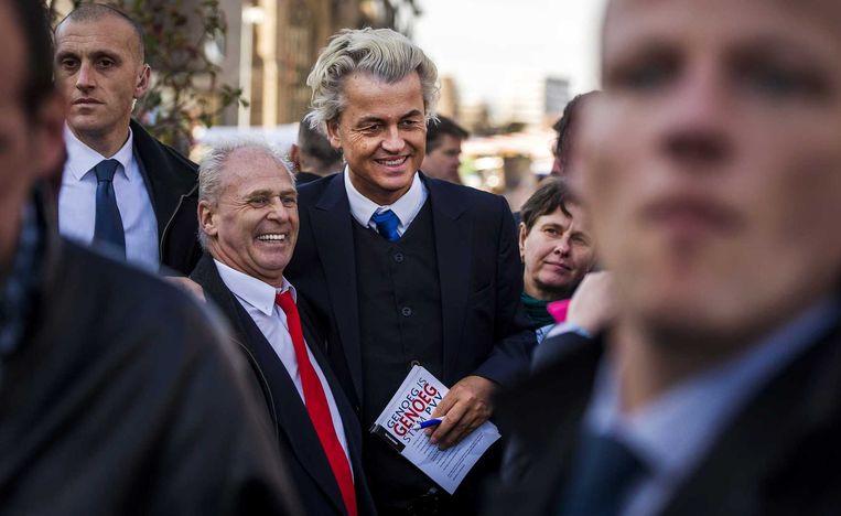 PVV-leider Geert Wilders, met rechts Eerste Kamerlid Marjolein Faber, gaat bij de Markthal op de foto met een voorbijganger. De PVV trapt de campagne voor de Provinciale Statenverkiezingen af. Beeld anp