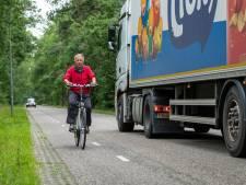 Dorpsraad luidt noodklok: fietser gevaarlijk in de knel op drukke bosweg bij Wapenveld