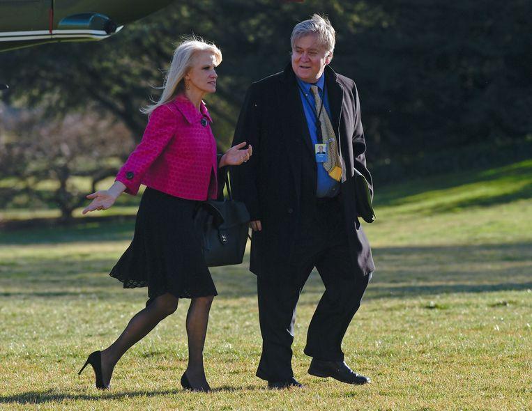 Trump-adviseurs Kellyanne Conway en Steve Bannon lopen door de tuin van het Witte Huis. Beeld ap