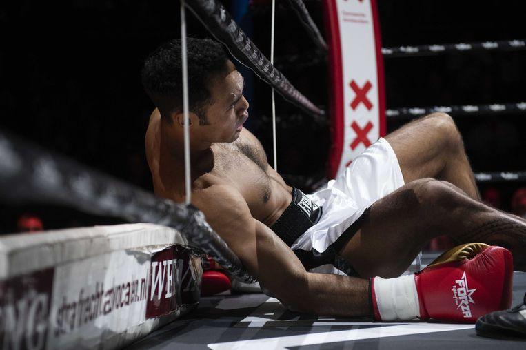 Nicky Lopez gaat knock out in zijn partij tegen Mohamed Elawil. Beeld anp