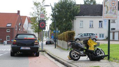 Scooter knalt op stilstaande auto