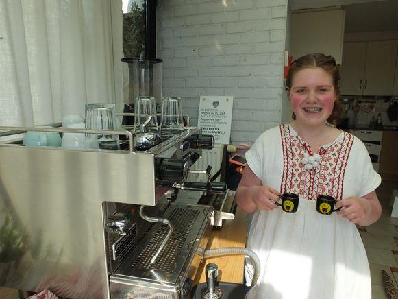 Femke is al volop aan het oefenen met haar koffiemachine.