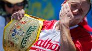 VIDEO. Op 10 minuten 71 hotdogs vreten: Joey wint opnieuw het officieuze wk worsten schransen
