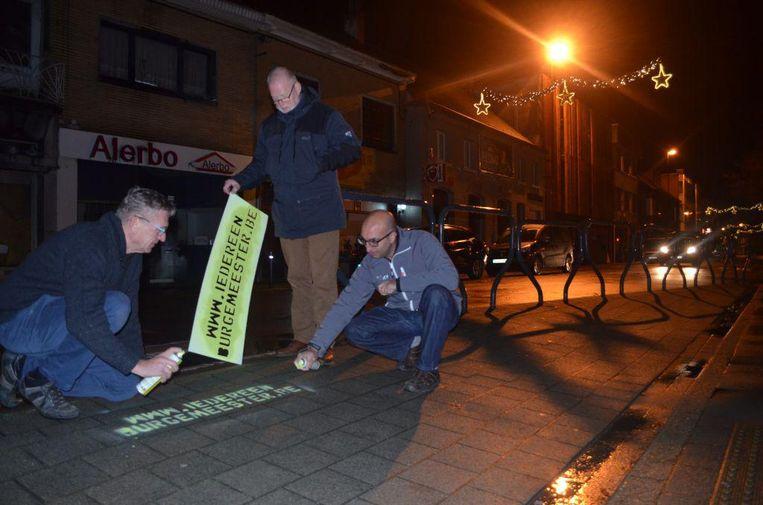 Op verschillende plaatsen in de gemeente werd op straat 'www.iedereenburgemeester.be' geplaatst.
