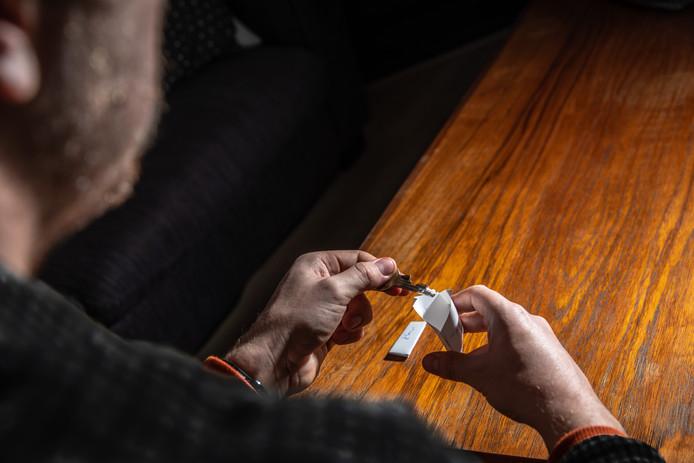 Zwollenaar Mees* gebruikt af en toe cocaïne, recreatief. Hij bestelt het via een 'cokelijn'.