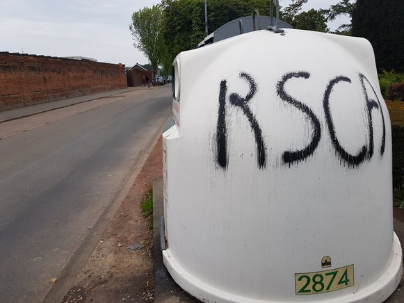 De twee glasbollen van afvalintercommunale Intradura en de kledingcontainer die er naast staat op de Gaasbeeksesteenweg werden beklad met de tags 'RSCA' en 'MAO3'