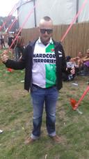 Bezoeker Dominator Festival met shirt 'Hardcore Terrorist'.