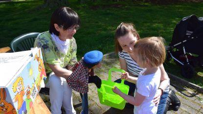 Kinderen zoeken paaseitjes in park aan Gemeenteplaats