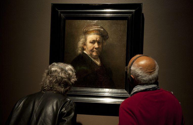 Zelfportret van Rembrandt op de tentoonstelling in Londen. Beeld epa