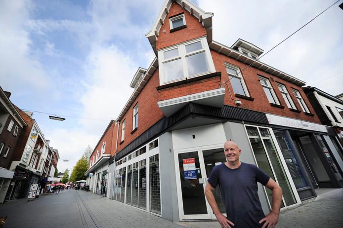Stefen Brouwer voor het pand waar hij zijn Concept Lifestyle Store Cabajero wil beginnen, op de hoek Nieuwstraat en Telgen.