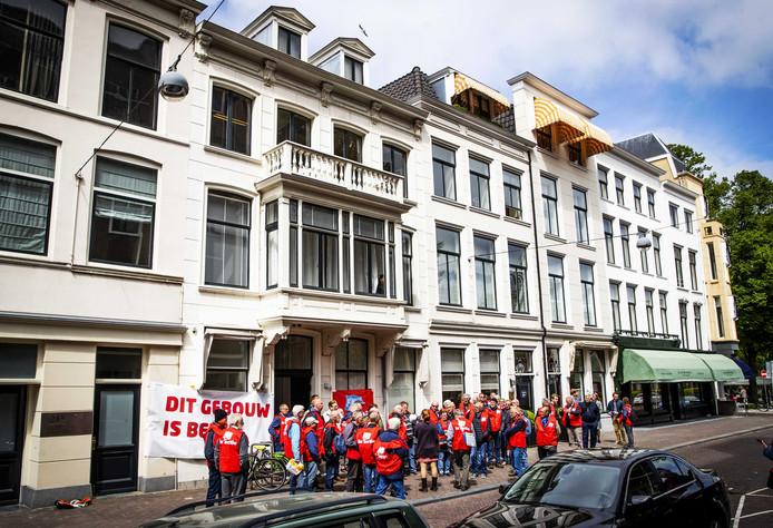 FNV-leden in het partijbureau van de D66. Ze protesteren tegen een dreigende afbraak van de pensioenen.