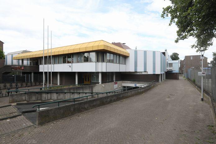 De parkeergarage van de City Sporthal in Helmond is omgebouwd tot de grootste corona-teststraat van de regio