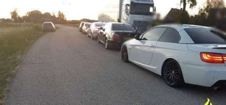 Verdachte auto's blokkeren rijbaan; politie vertrouwt het niet, maar kan ze weinig maken