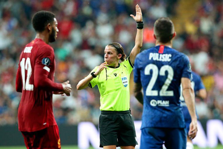 Scheidsrechter Stéphanie Frappart tijdens de Europese Supercupfinale tussen Liverpool en Chelsea. Beeld EPA