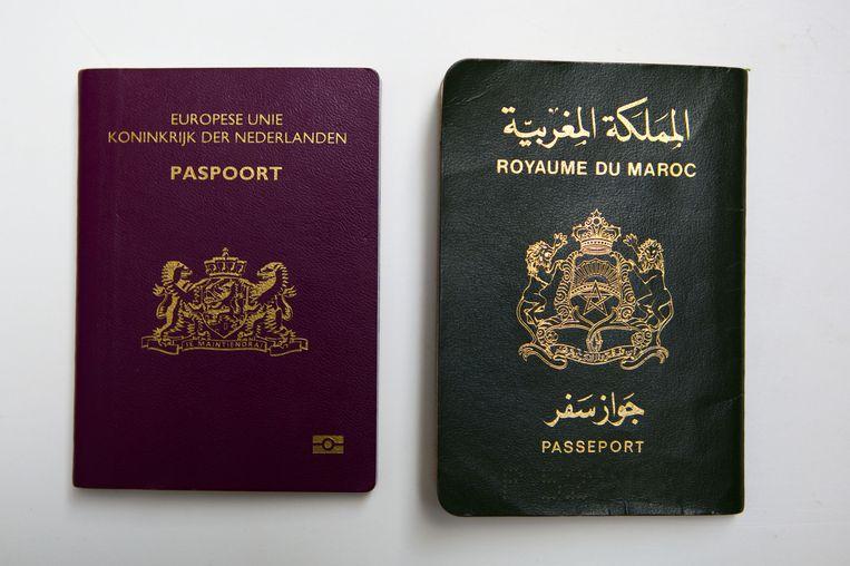 Een Marokkaans en Nederlands paspoort. Beeld null