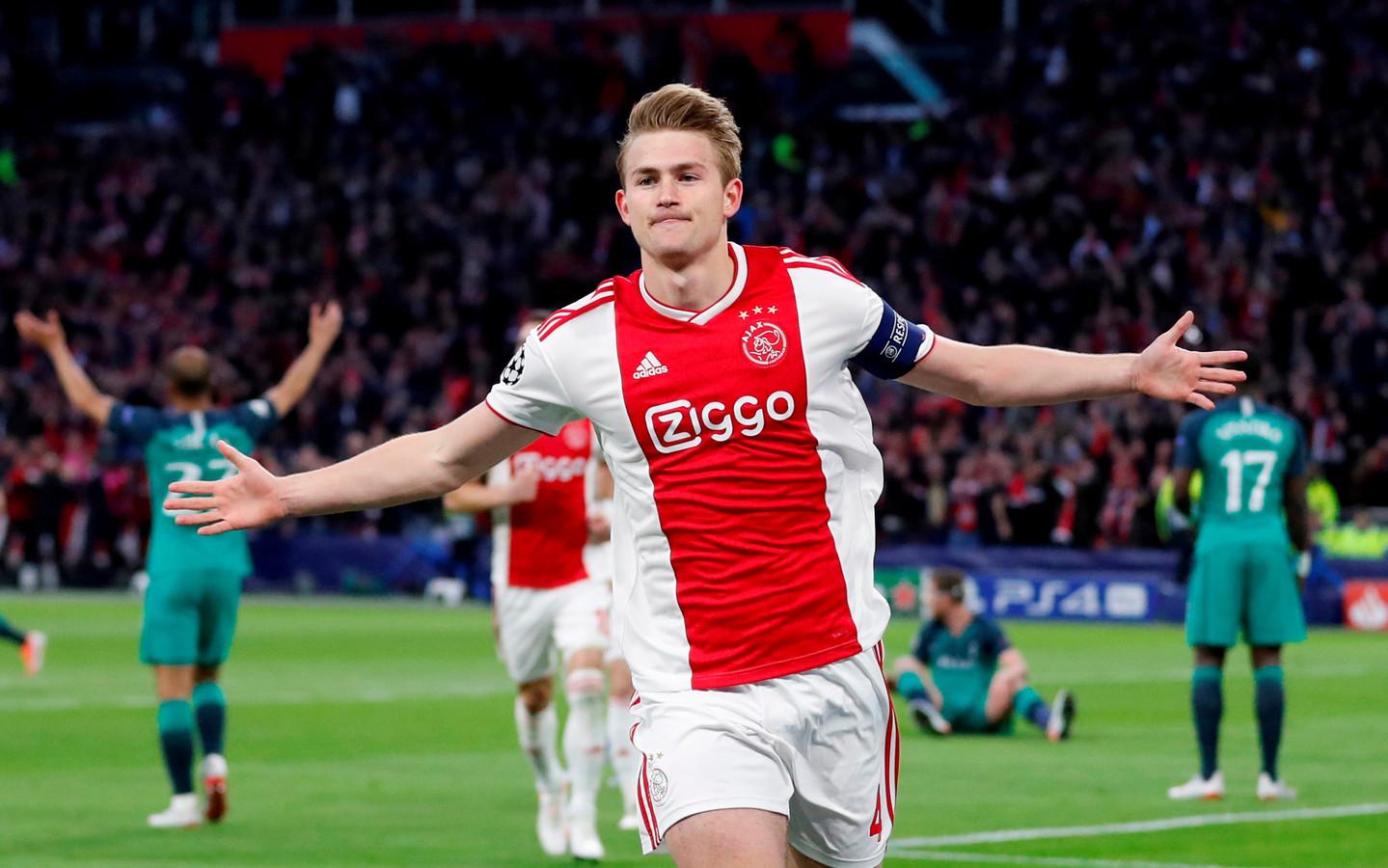 Matthijs de Ligt juicht na zijn goal namens Ajax tegen Spurs.