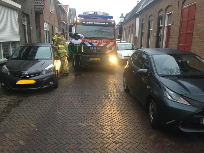 De brandweerwagen kon in Tolkamer niet bij de school komen door geparkeerde auto's die de straat blokkeren.