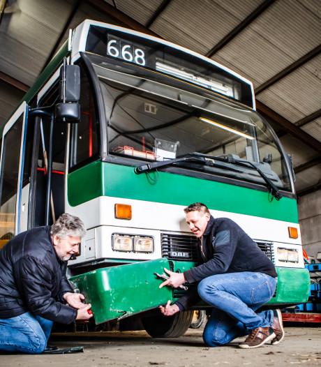 Een gammele oude bus? Voor Kevin en Aad is dit een zeldzame 'parel'