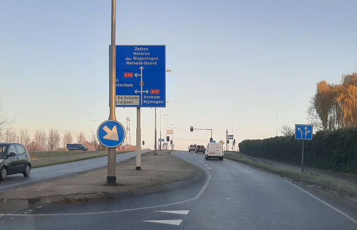 De middenbermen van de Wageningsestraat nabij de A15-aansluiting in Andelst worden 'vergroend'.