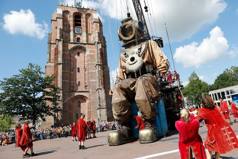 De Duiker tijdens het straattheater De Reuzen van Royal de Luxe als onderdeel van Leeuwarden-Fryslan Culturele Hoofdstad.  Beeld ANP