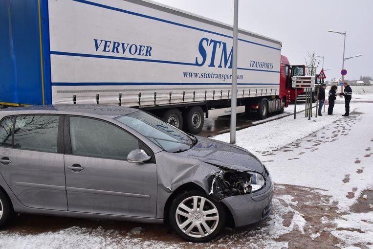 In Menen botste een auto tegen een vrachtwagen.