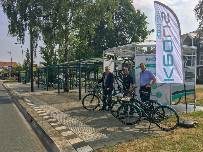 De huurfiets KeoBike is op twee plekken in Putten beschikbaar, wethouder Koekkoek (l) neemt de eerste fiets in gebruik.