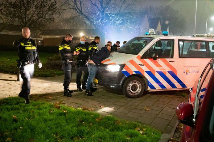 De aanhouding van een verdachte tijdens de vuurwerkrellen op Urk.