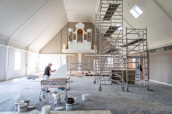 De bouw van de Adullamkerk in Kruiningen is bijna klaar. De schilder is momenteel druk bezig met de afwerking van het interieur. De komende twee weken wordt ook het orgel afgemaakt.
