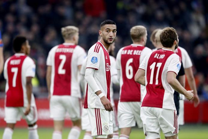Ajax-spelers juichen, met Ziyech in het midden.