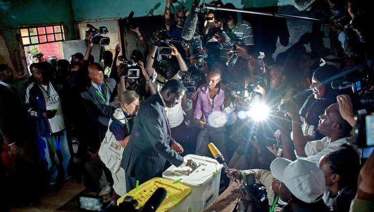 De Keniase premier Raila Odinga brengt zijn stem uit. Beeld afp