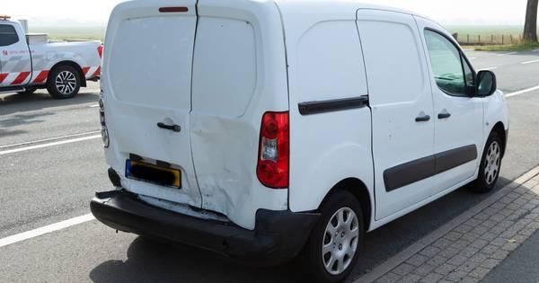 Botsing tussen bedrijfsbusjes in Maren-Kessel nadat bestuurder vermoedelijk in slaap valt.