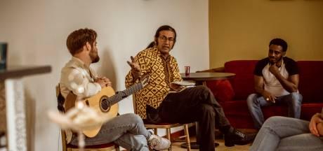 Schrijver en dichter Rodaan Al Galidi opent 'trefpunt' Saeed in Zwolle met een ode aan de warmte