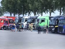 Truckers blussen brandende truck in Duiven