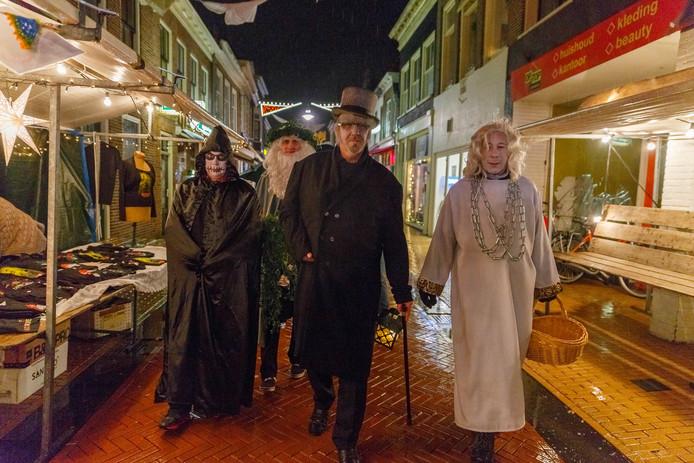 Albert Gaal (midden) als Scrooge tijdens een eerdere editie van Dickens Kerst in Steenwijk.