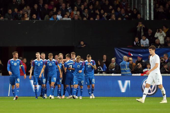 IJsland viert de goal van Kari Arnason.