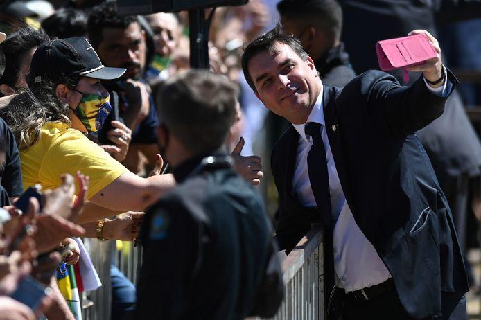 Flavio Bolsonaro neemt een selfie met aanhangers van zijn vader.