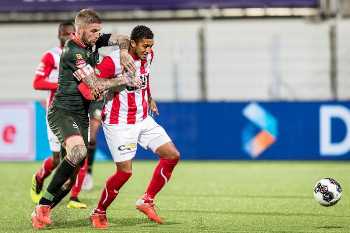 Sparta-speler Lars Veldwijk  en Norichio Nieveld van FC Oss in gevecht om de bal.