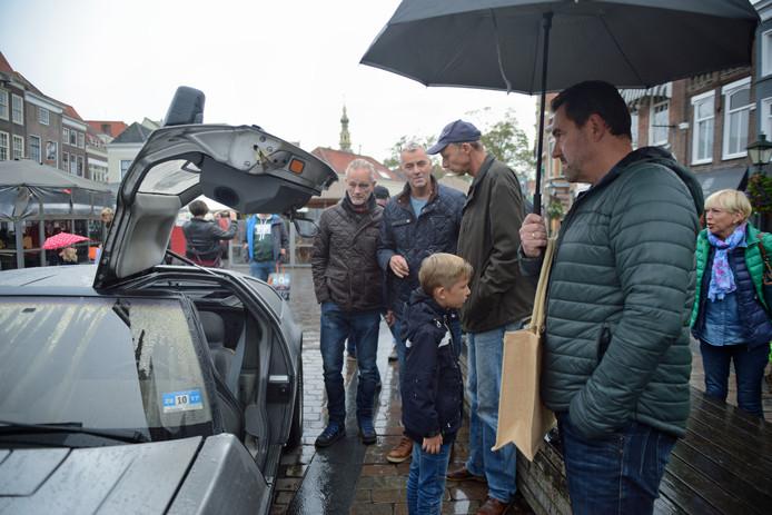 Coen Brooshooft (met pet) trok veel bekijks met zijn Delorean tijdens Mannendag in Zierikzee.