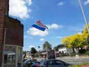 De vlag hangt uit bij een geslaagde aan de Bredaseweg in Tilburg.